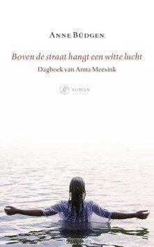 BOVEN DE STRAAT HANGT EEN WITTE LUCHT - BÜDGEN, ANNE - 9789029510653
