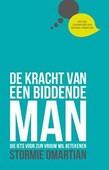DE KRACHT VAN EEN BIDDENDE MAN - OMARTIAN, STORMIE - 9789059991002